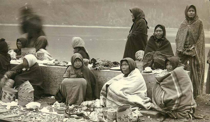Indian_women_selling_baskets_pottery